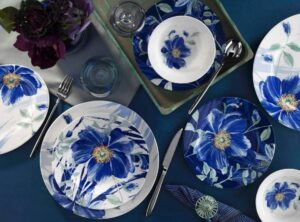 Белая посуда с синими цветами