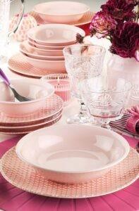 Розовая посуда с узором